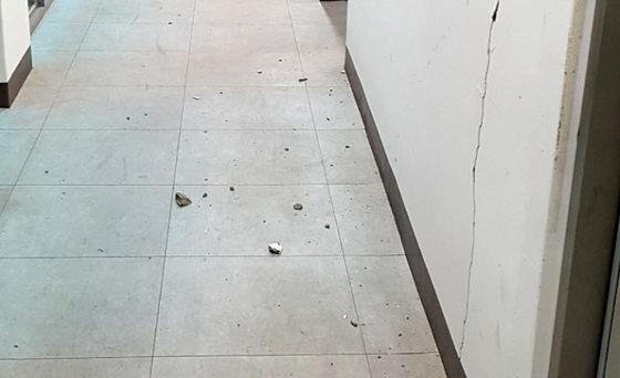 11일 경북 포항에서 난 규모 4.6 지진으로 포항시 북구 양덕동 한 건물 벽이 갈라지면서 콘크리트 조각이 떨어져 있다. [연합뉴스]