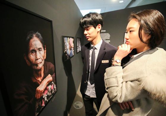 국립아시아문화전당 내 '아시아의 타투(Tattooed Asia)' 전시장을 찾은 관람객들이 아시아 각국의 '타투'를 감상하고 있다. 프리랜서 장정필