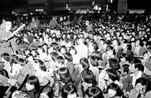 70년대 추석 귀성열차표를 예매하기 위해 수많은 사람이 몰린 서울역. 질서 유지를 하는 경비원들 모습도 눈에 띈다. [중앙포토]