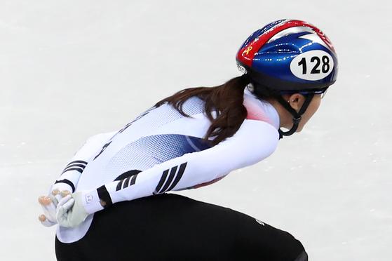 17일 강원 강릉 아이스아레나에서 열린 2018 평창 겨울올림픽 쇼트트랙 여자 1500m 준결승전에서 레이스를 펼치는 김아랑의 헬멧에 세월호 리본 스티커가 붙어 있다. [연합뉴스]