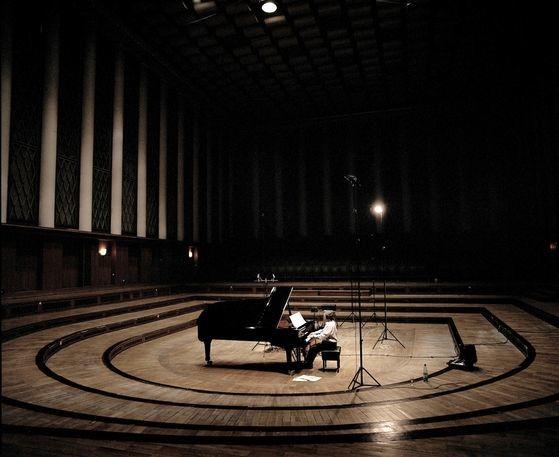 올해는 피아니스트의 독주와 협연이 많다. 그중 한명인 머레이 페라이어의 녹음 장면. [사진 크레디아]