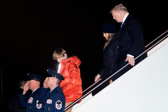 19일(현지시간) 미국 플로리다주 팜비치 마러라고에서 주말을 보내고 온 도널드 트럼프 미국 대통령과 부인 멜라니아 여사, 아들 배런(오른쪽부터)이 메릴랜드주 앤드루스 공군기지에 내리고 있다. [AP=연합뉴스]