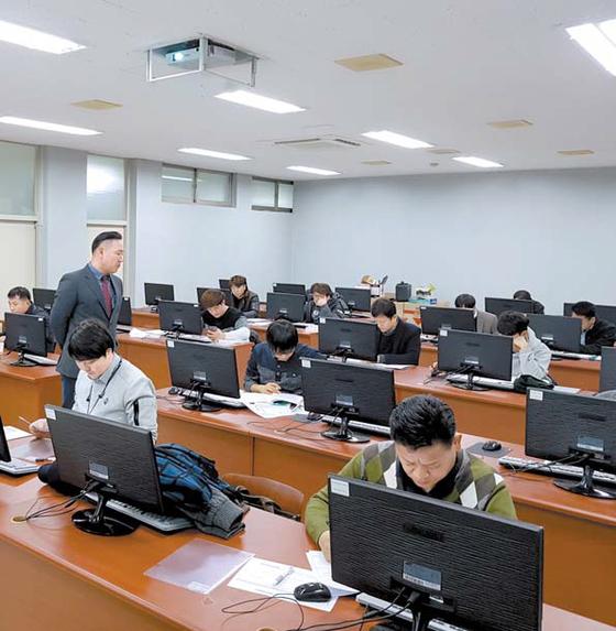 남부대학교의 계약학과인 기계시스템공학과에서 중소기업 직원들이 컴퓨터를 이용해 제도하고 설계하는 과정을 공부하고 있다. [사진 남부대학교]