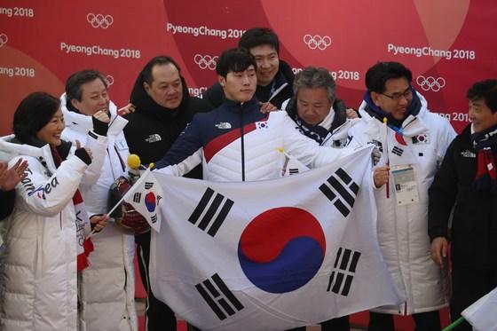 평창올림픽 선수단 단복 중 하나인 롱패딩을 입은 박영선 의원(맨 왼쪽)이 16일 평창올림픽 스켈레톤 종목에서 금메달을 획득한 윤성빈(가운데) 선수와 기념촬영을 하고 있다. 오종택 기자