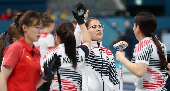 대한민국 컬링 여자 국가대표팀이 18일 강원도 강릉컬링센터에서 열린 2018 평창동계올림픽 컬링 여자 예선 5차전 중국과의 경기에서 득점에 성공한 뒤 기뻐하고 있다. [강릉=뉴스1]