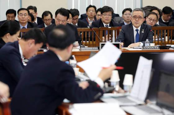 지난 1일 인사혁신처 김판석 장관이 국회에서 열린 행정안전위원회 전체회의에서 의원들의 질의를 듣고 있다. [연합뉴스]