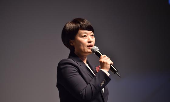 한성숙 네이버 대표가 21일 서울 강남구 삼성동에서 열린 '네이버 커넥트 2018'에서 네이버의 정책에 대해 발표하고 있다. [사진 네이버]
