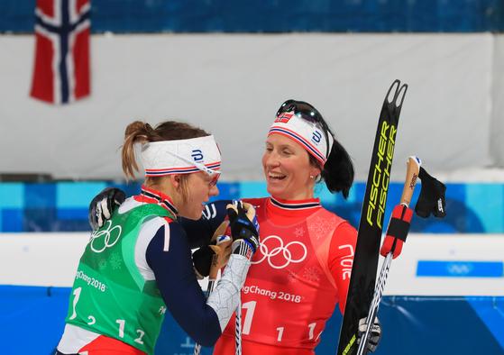 노르웨이의 '철녀' 마리트 비에르옌(오른쪽)이 21일 오후 강원도 평창군 알펜시아 올림픽파크 크로스컨트리센터에서 열린 여자 팀 스프린트 프리 결승에서 동메달을 확정한 뒤 팀 동료인 마이켄 카스페르센 팔라와 기뻐하고 있다.   비에르옌은 이날 역대 동계올림픽 열네 번째 메달을 획득해 기존 동계올림픽 최다메달(13개) 노르웨이의 올레 에이나르 비에른달렌(바이애슬론)의 기록을 넘어섰다. [평창=연합뉴스]