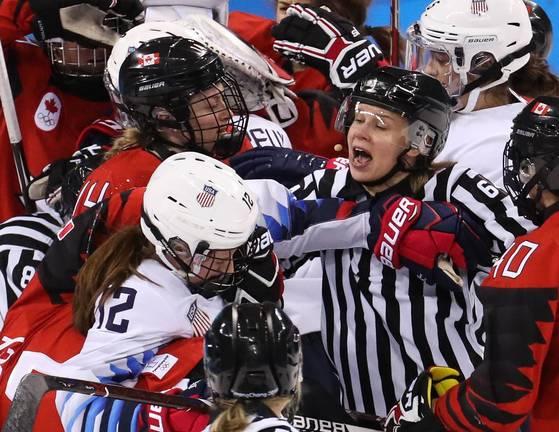 15일 열린 미국과 캐나다의 여자 아이스하키 경기. [AP=연합뉴스]