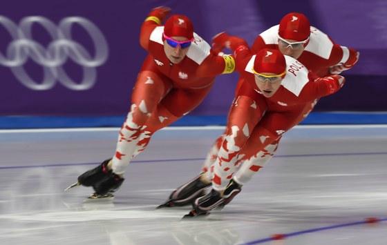19일 강릉 스피드스케이팅 경기장에서 열린 여자 팀추월 8강전에서 폴란드 대표팀이 경기하고 있다. 나탈리아 체르본카(30)-루이자 즐로트코브스카(32)-카타지나 바흘레다 추루시(38)로 이뤄진 폴란드 대표팀은 총 8개 팀 가운데 한국(7위)에 이어 8위로 결승선을 통과했다. [EPA=연합뉴스]