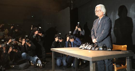 연극연출가 이윤택이 19일 오전 서울 종로구 30 스튜디오에서 성추행 논란 공개 사과 기자회견을 하고 있다. [뉴스1]