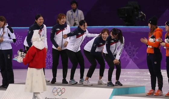 20일 강릉아이스아레나에서 열린 여자 쇼트트랙 3,000m 계주에서 금메달을 차지한 한국 선수들이 시상식에서 세레머니 를 하고 있다. 왼쪽부터 심석희, 최민정, 김예진, 김아랑, 이유빈. 오종택 기자