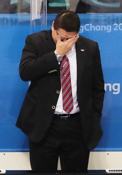 백지선 대한민국 아이스하키팀 감독이 20일 오후 강원도 강릉하키센터에서 열린 2018 평창동계올림픽 아이스하키 남자 예선 플레이오프 대한민국 대 핀란드의 경기에서 5대2로 패배를 한 후 눈물을 흘리고 있다. [뉴스1]