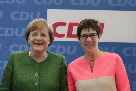 앙겔라 메르켈 독일 총리(왼쪽)가 당 사무총장에 자신의 정치적 유산을 계승할 적임자인 안네그레트 크람프-카렌바우어 자를란트주 총리를 지명했다. '미니 메르켈'로 불린다. [AP=연합뉴스]