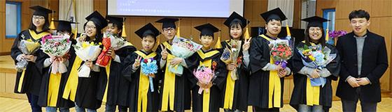 지난 9일 졸업한 전남 장흥군 장동면 장동초 제76회 졸업생들과 6학년 담임 교사. [사진 장동초]