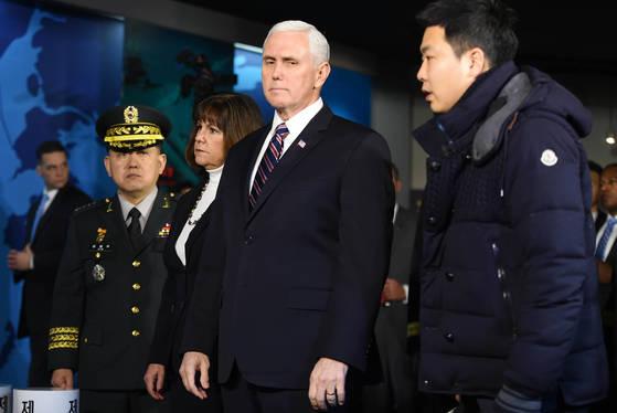 【평택=뉴시스】이정선 기자 = 마이크 펜스 미 부통령이 9일 오전 경기 평택 해군 2함대를 방문해 서해수호관을 둘러보고 있다. 2018.02.09. ppljs@newsis.com