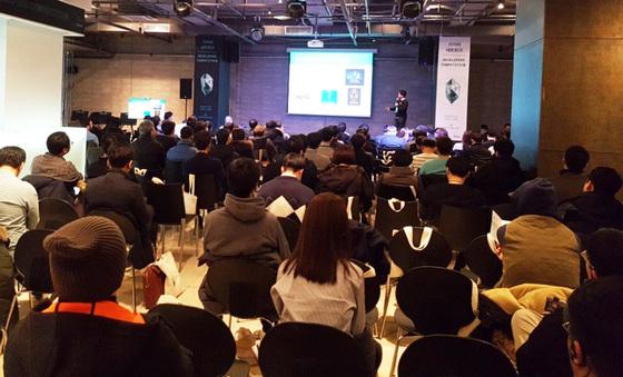 지난달 20일 서울 강남구 삼성동에서 싱가포르 블록체인 '카이버 네트워크' 창업팀과 국내 개발자들이 만났다. 세미나에 이어 블록체인 기술을 활용한 스타트업들의 경진대회도 열렸다. [박수련 기자]