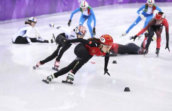 20일 저녁 강릉에서 열린 여자 쇼트트랙 계주 결승에서 중국 대표 선수가 한국과 선두를 겨루고 있다. [신화=연합뉴스]