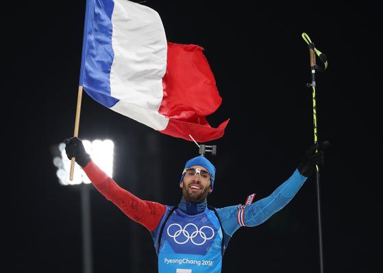 20일 오후 평창 알펜시아 바이애슬론센터에서 열린 2018 평창동계올림픽 바이애슬론 2x6km 여자 2x7.5km 남자 혼합 계주 경기에서 우승한 프랑스의 마지막 주자 푸르카드가 피니시라인을 통과하며 환호하고 있다.    푸르카드는 1위로 달리던 독일 아른트 파이퍼를 제치고 프랑스에 금메달을 안겨주며 대회 첫 3관왕의 주인공이 됐다. [평창=연합뉴스]