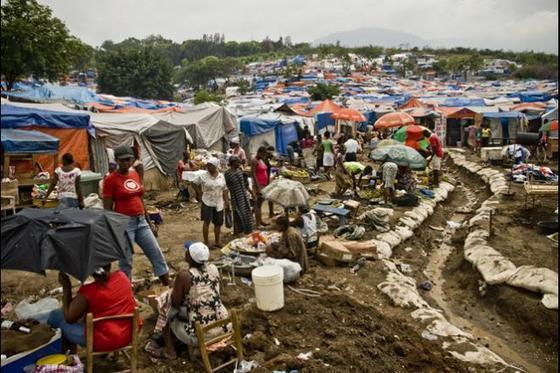 지난 2010년 대지진이 발생한 중미의 아이티에서 이재민을 돕기 위해 국제구호단체들이 마련한 천막 보호소가 끝없이 늘어져 있다. [사진 옥스팜]