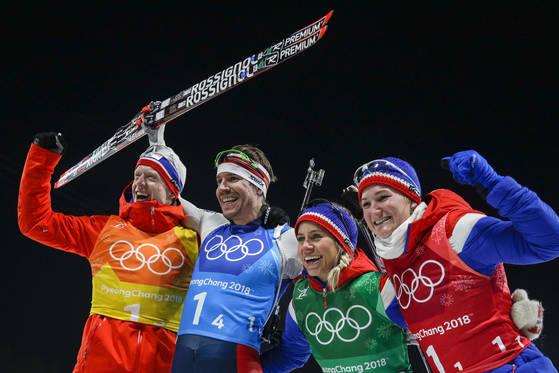 평창겨울올림픽에 참가한 노르웨이 선수들이 혼성 바이애슬론 경기에서 은메달을 딴 것을 자축하고 있다. [AP=연합뉴스]