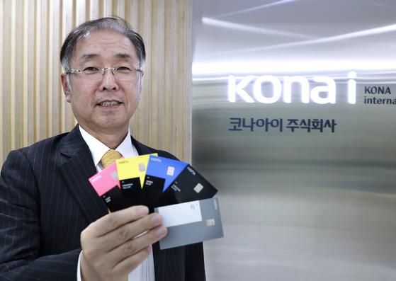 조정일 코나아이 대표가 지난 8일 인터뷰를 마친 후 코나카드를 한손에 꺼내 들었다. 임현동 기자
