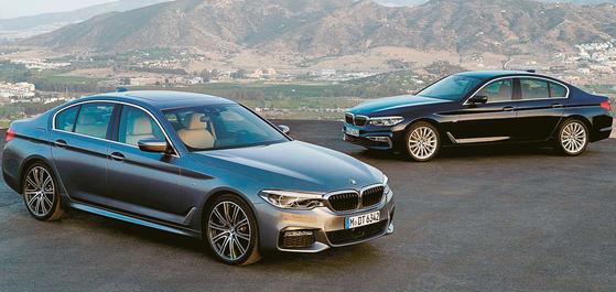 BMW 5시리즈는 편의 및 안전사양 개선이 두드러졌다. 반자율 주행 기능은 전 모델에 기본으로 탑재됐으며 자동주차는 물론 원격 주차까지 가능하다. [사진 BMW]