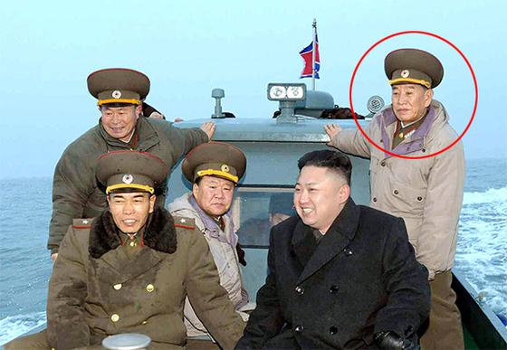 통일부는 22일 북한이 평창 겨울올림픽 폐막식에 김영철 북한 노동당 중앙위원회 부위원장을 단장으로 하는 고위급 대표단을 25일부터 2박3일 일정으로 파견하겠다며 통보해 왔다고 밝혔다. 사진은 2013년 3월 김정은 위원장과 당시 김영철 정찰총국장(원 안)이 연평도 포격 부대를 시찰 가는 모습. [연합뉴스]