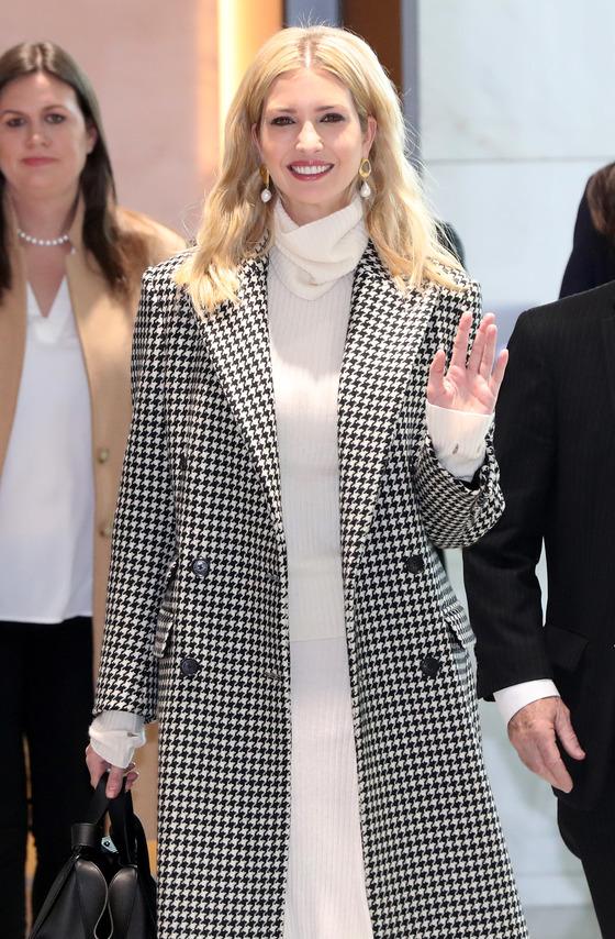 도널드 트럼프 미국 대통령의 딸 이방카 트럼프 백악관 보좌관이 23일 오후 인천국제공항을 통해 입국했다. 왼쪽은 사라 샌더스 백악관 대변인.[사진공동취재단=연합뉴스]