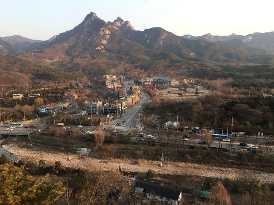 북한산 의상봉. 뒤로 용출봉과 용혈봉이 이어진다. 김홍준 기자