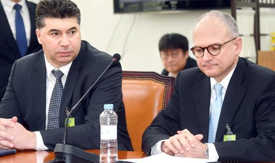 배리 엥글 GM 총괄부사장 겸 해외사업부문 사장(오른쪽)이 지난 20일 국회에서 의원들과 면담을 기다리고 있다. 왼쪽은 카허 카젬 한국GM 사장. [장진영 기자]
