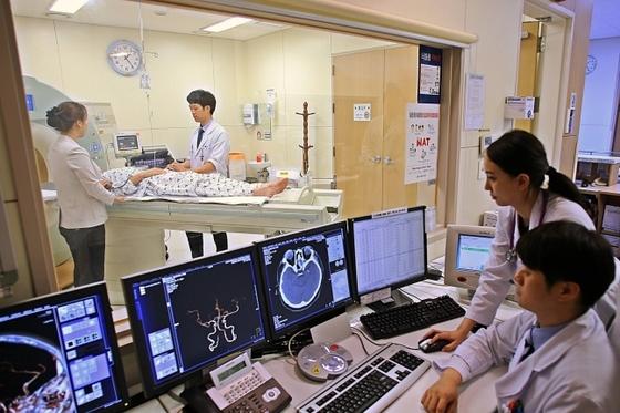 뇌 혈관 상태를 확인하기 위해 CT 촬영하는 모습. [사진 서울아산병원]