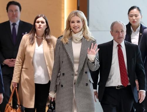 이방카 트럼프 백악관 선임고문이 23일 오후 인천공항에 도착해 인사하고 있다. 사진공동취재단