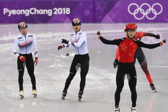 대한민국 황대헌, 임효준이 22일 오후 강원도 강릉 아이스아레나에서 열린 쇼트트랙 남자 500m 결승 경기에서 각각 2,3위로 결승선을 통과하고 있다.황대헌 임효준은 나란히 은·동메달을 획득했다.[뉴스1]