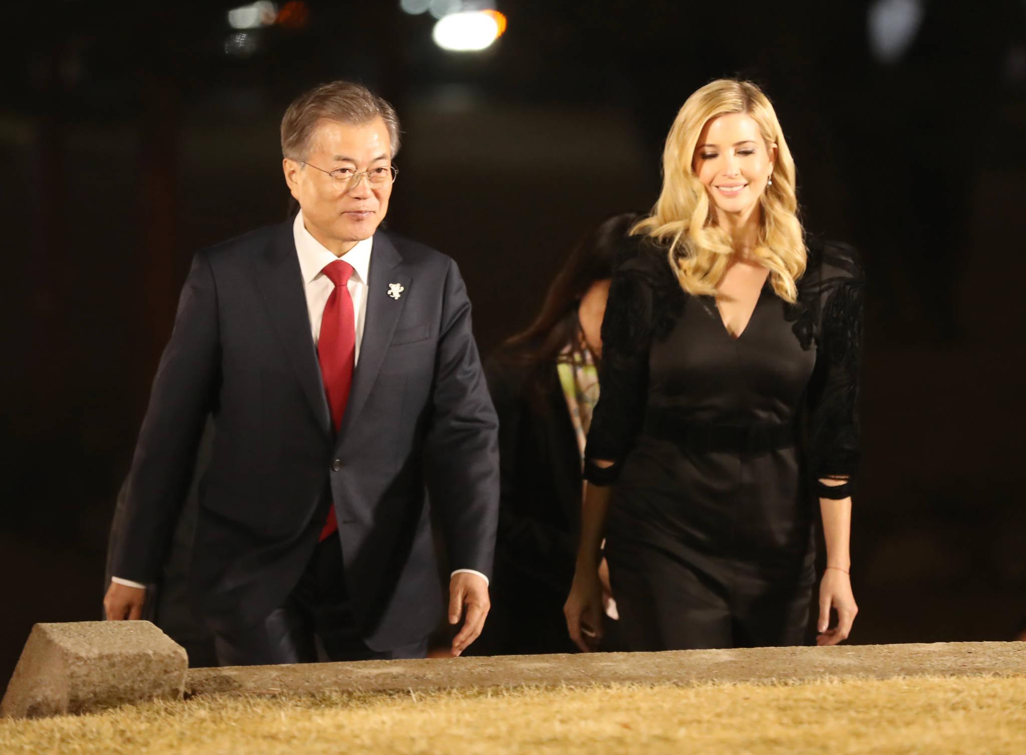입장하는 문 대통령과 이방카 백악관 보좌관. [연합뉴스]