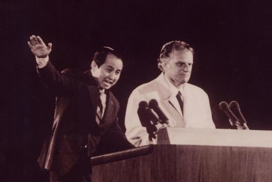 1973년 여의도 집회에서 빌리 그레이엄 목사의 설교를 김장환 목사가 통역하고 있다. [중앙포토]