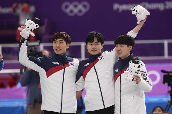 21일 강릉 스피드스케이트장에서 열린 남자 팀추월 경기에서 이승훈(왼쪽)이 김민석-정재원과 함께 은메달을 따낸 뒤 환호하고 있다.