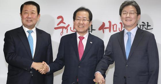 자유한국당은 홍준표 대표(가운데)가 23일 오전 서울 여의도 당사에서 바른미래당 유승민(오른쪽), 박주선 공동대표의 예방을 받고 기념촬영을 하고 있다. 임현동 기자