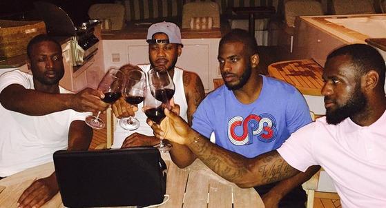 르브론 제임스(맨 오른쪽)와 동료들이 와인을 함께 마시고 있다.
