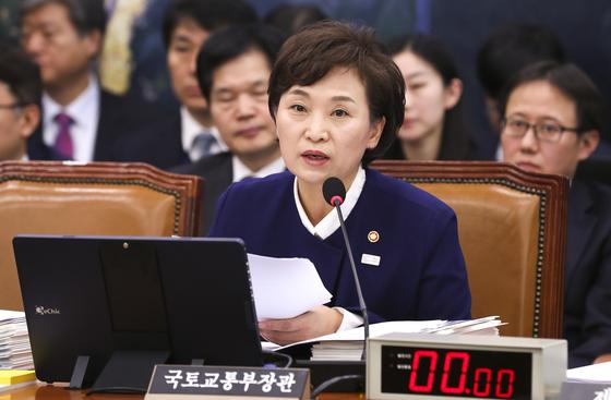 김현미 국토교통부 장관이 22일 국회 국토교통위원회 전체회의에 참석해 발언하고 있다. 임현동 기자
