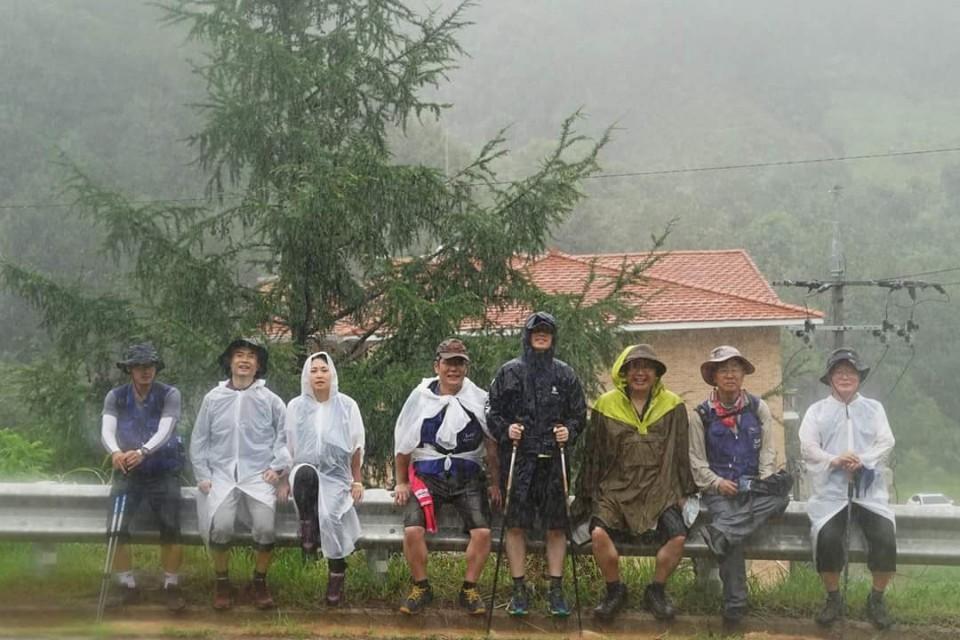 이인영 민주당 의원과 일행이 지난해 8월 비를 맞으며 강원도 화천에서 철원까지 민통선을 따라 걷고 있다. 이 의원 일행은 13일 간 민통선을 종단했다. [이인영 의원 페이스북]