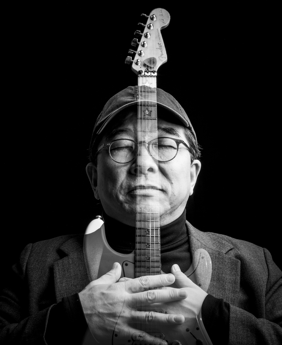 2017년 12월 18일 중앙일보 스튜디오로 온 가수 김수철씨, 기타는 그의 분신이라고 말했다. [권혁재 사진전문기자]