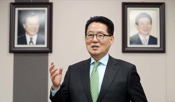 박지원 민주평화당 의원이 지난 19일 국회 의원회관 사무실에 걸어 놓은 김대중·노무현 전 대통령 사진 앞에서 과거 두 대통령의 일화에 대해 소개하고 있다. 변선구 기자.