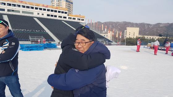 이상헌 스노보드 국가대표 감독과 포옹하는 이차원 씨. 송지훈 기자