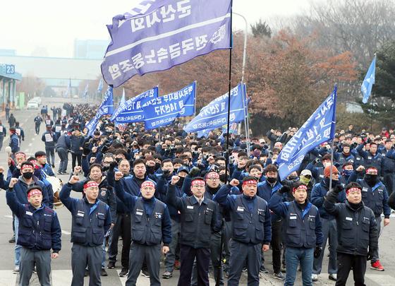 한국GM 노조가 23일 인천 부평공장에서 군산공장 폐쇄 철회를 요구하는 집회를 열고 있다. [연합뉴스]