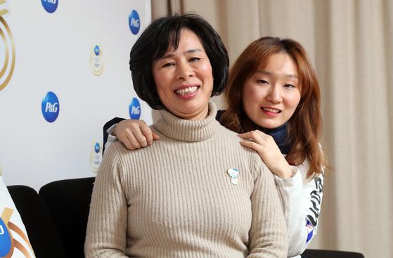 쇼트트랙 2관왕의 최민정 선수와 어머니가 24일 용평리조트 내 p&g 센터에서 중앙일보와 인터뷰를 하고 있다. 우상조 기자/20180224