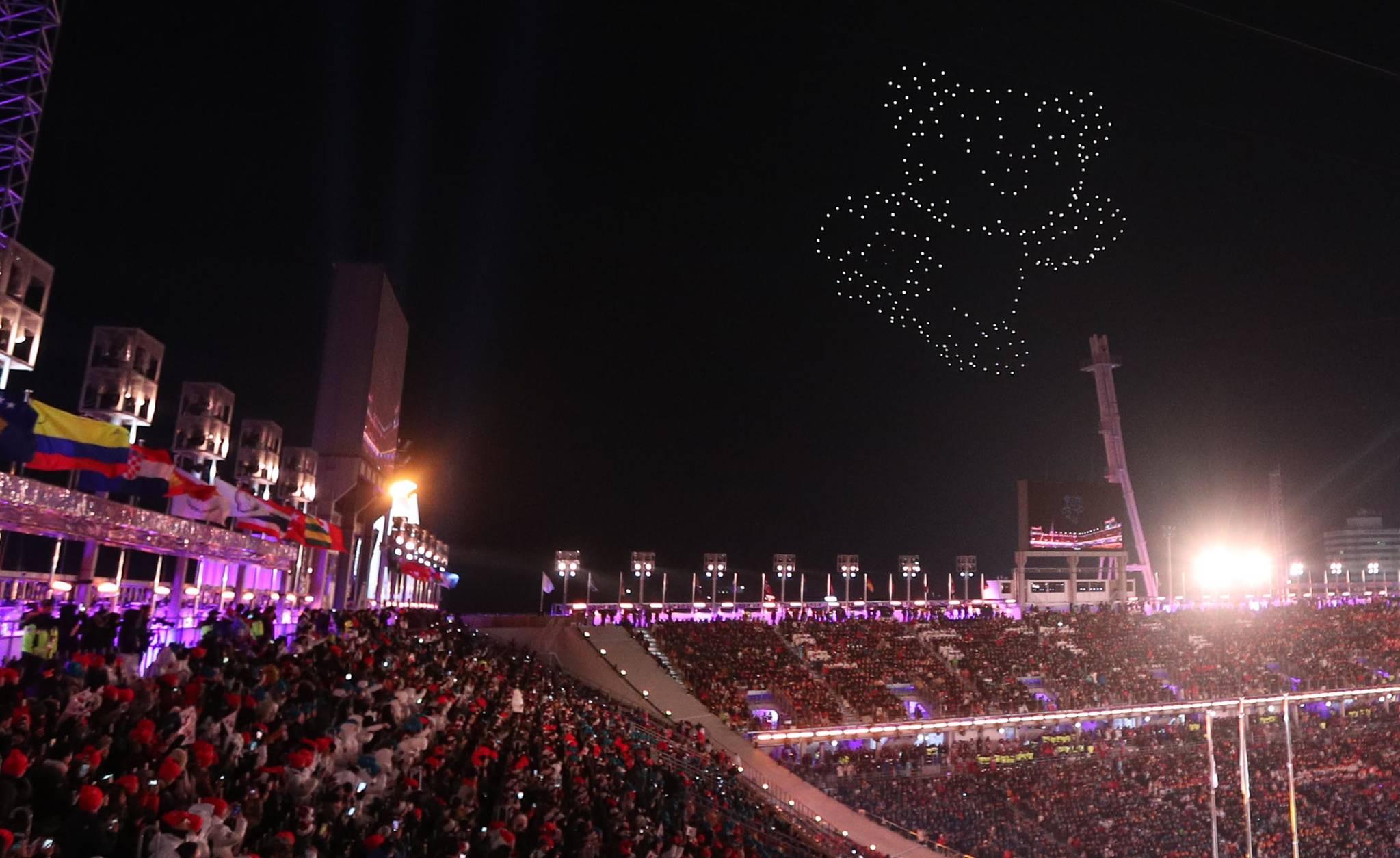 25일 열린 2018 평창 동계올림픽대회 폐회식에서 LED램프를 장착한 드론이 수호랑을 만들고있다.