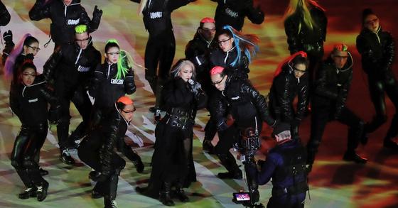 25일 강원도 평창 올림픽스타디움에서 열린 2018평창동계올림픽 폐회식에서 가수 CL이 폐막공연을 펼치고 있다. [연합뉴스]