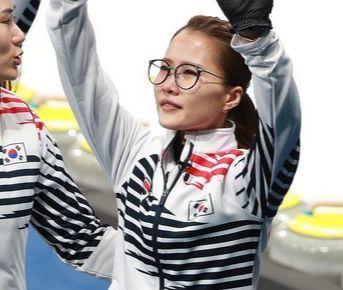 대한민국 여자 컬링 대표팀 김은정이 25일 강원도 강릉컬링센터에서 열린 2018평창 동계올림픽 컬링 여자 결승전 스웨덴과의 경기에서 3대8로 패하자 아쉬움의 눈물을 흘리며 관중에게 손을 흔르고 있다. [강릉=뉴스1]