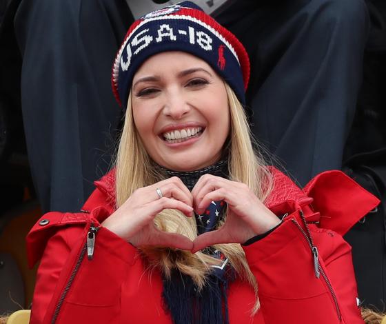 2월 24일 평창 겨울올림픽 경기장에서 손하트 만들어보이는 미국 이방카 트럼프 백악관 보좌관. [연합뉴스]